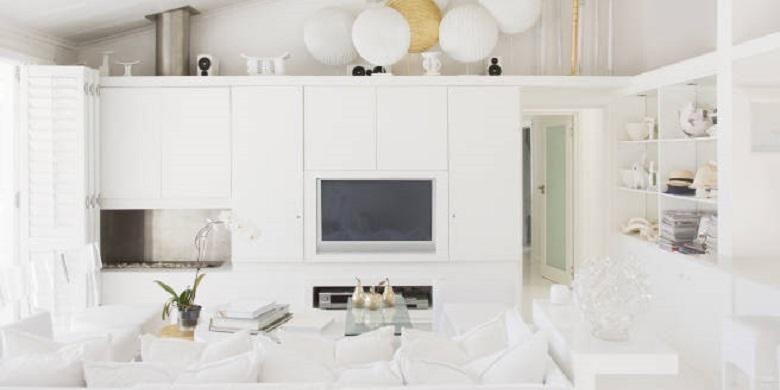 Saat Anda mengesampingkan warna-warna lain dan terobsesi dengan putih di ruangan keluarga rumah Anda, apakah Anda yakin bisa menjaga furnitur tetap putih?