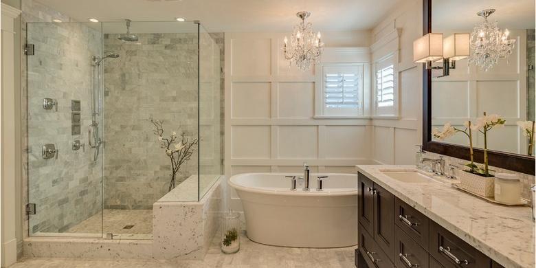 Di area kering kamar mandi, pemilik rumah bisa menempatkan berbagai aksesoris, mulai dari cermin, lilin aromaterapi, dan hairdryer.