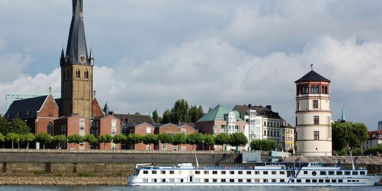 Sungai Rhine di Dusseldorf, Jerman.
