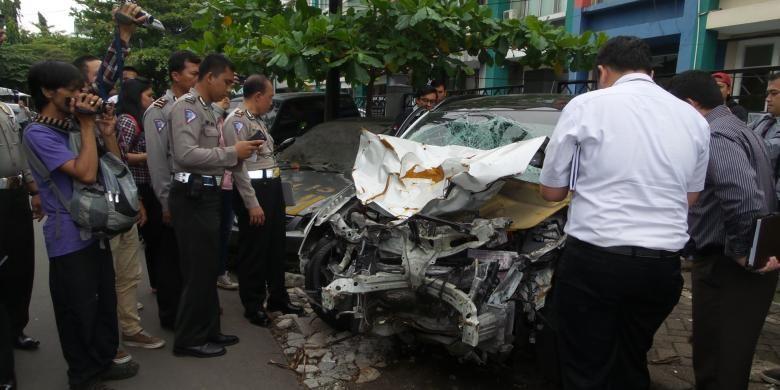 Sejumlah teknisi Mitsubishi Indonesia didampingi petugas Satlantas Polres Metro Jaksel memeriksa Mitsubishi Outlander B 1658 PJE, di Mapolres Metro Jaksel, Senin (26/1/2015). Mobil tersebut adalah mobil yang dikemudikan oleh Christopher Daniel Syarief (22), tersangka kecelakaan maut di Jalan Pondok Indah, Kebayoran Lama, Jakarta Selatan pada Selasa (20/1/2015) pekan lalu