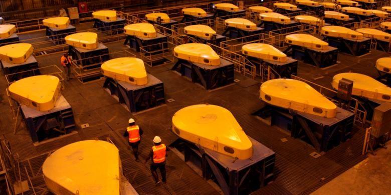 Staf PT Freeport Indonesia mengecek salah satu rangkaian proses flotasi atau pengapungan mineral, seperti tembaga, emas, dan perak, di salah satu pabrik pengolahan konsentrat, Tembagapura, Papua.