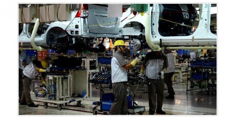 Aktivitas perakitan mobil di salah satu pabrik di kawasan industri Suryacipta, Karawang, Jawa Barat, beberapa waktu lalu. Selain bermodalkan ijazah, para pekerja di industri berbasis teknologi juga harus memiliki keterampilan dan kemampuan tambahan khusus.