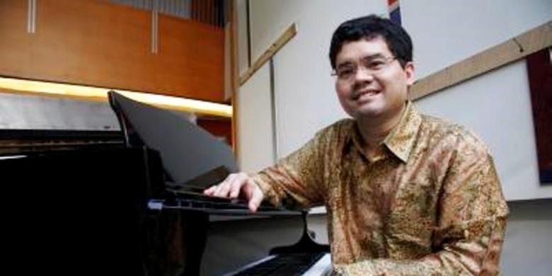 Pianis Ananda Sukarlan berpose saat jumpa pers acara Gala Dinner dan Concert The Greatest Hits of Ananda Sukarlan di Hotel Alila, Jakarta, Selasa (8/7/2008).
