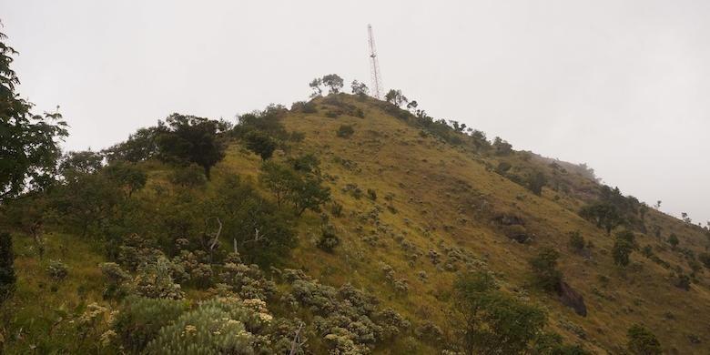 Menara pemancar yang berdiri di salah satu puncak bukit, Gunung Merbabu.