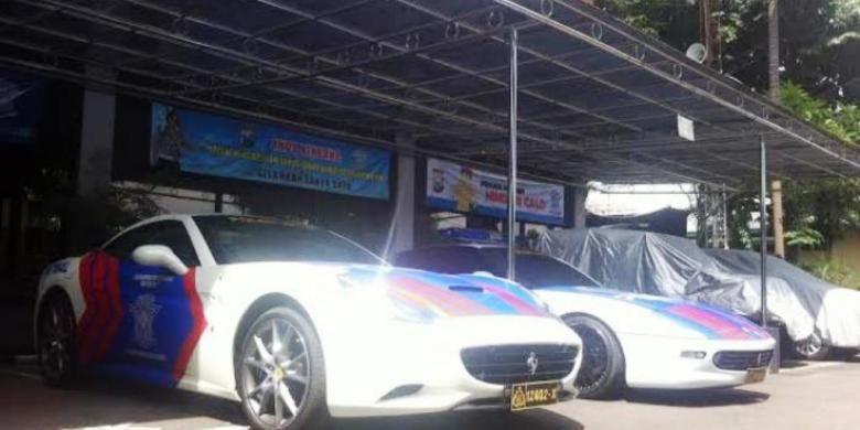 Dua mobil Ferrari yang jadi mobil Patwal Satlantas Polda Jatim.(SURYA/ M TAUFIK)