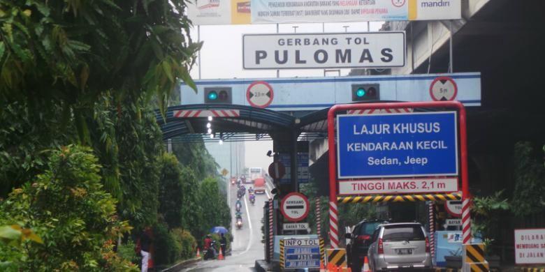 Jalan Tol Wiyoto Wiyono, tepatnya dari gerbang pintu masuk Tol Pulomas arah Tanjung Priok, Jakarta Utara diserobot para pengguna sepeda motor akibat banjir, Senin (9/2/2015).