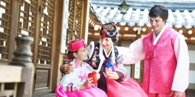 Turis mengenakan busana tradisional Korea, hanbok.
