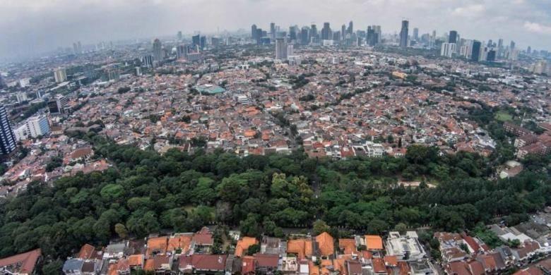 Ruang terbuka hijau di Taman Honda, Tebet, Jakarta, dikepung oleh permukiman dan gedung bertingkat, Senin (16/2/2015). Ruang terbuka hijau menjadi salah satu penyeimbang dan oasis di tengah belantara gedung kota.