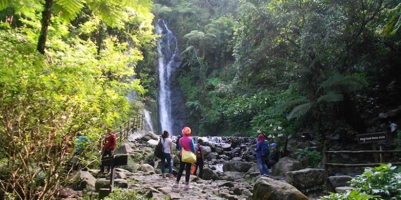 Wisatawan menikmati pemandangan salah satu air terjun di Curug Cilember, Desa Jogjogan, Kecamatan Cisarua, Bogor, Jawa Barat, Senin (2/2/2015).