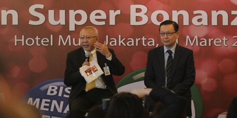 Presiden DIrektur Bank Panin Herwidayatmo (kiri) dan Direktur Retail Banking Bank Panin Ken Ng