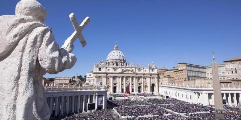 Umat memenuhi Alun-alun Santo Petrus untuk menghadiri Misa Minggu Palma bersama Paus Fransiskus di Vatikan, 29 Maret 2015.