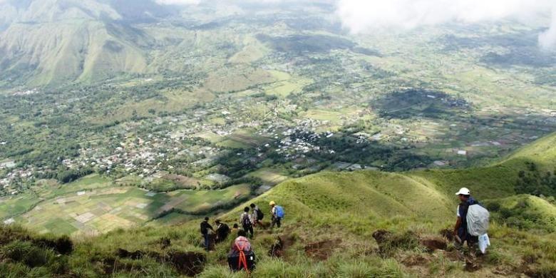 Pendaki tengah menuruni punggung Bukit Pergasingan menuju Desa Sembalun Lawang, Kecamatan Sembalun, Lombok Timur, Nusa Tenggara Barat, Kamis (19/3/2015).