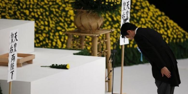 PM Jepang Shinzo Abe memicu kemarahan di Korea Selatan dan China karena mengunjungi kuil Yasukuni, yang menjadi makam tentara Jepang korban Perang Dunia II
