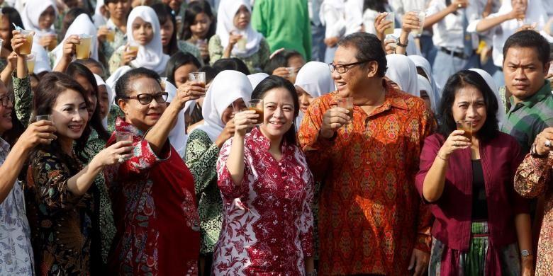 Menko PMK, Puan Maharani,  Menteri Yohana Yembise, Menteri Koperasi dan Usaha Kecil Menengah AAGN Puspayoga, dalam kampanye minum jamu sehat di Sukoharjo, Jawa Tengah.