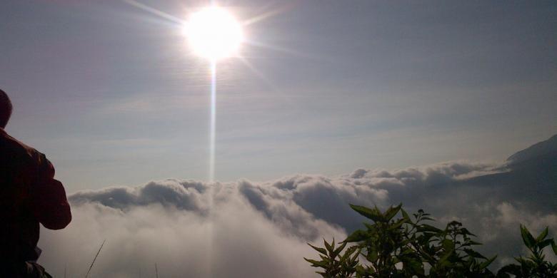 Sang mentari menunjukkan sinarnya di atas Gunung Andong, Kabupaten Magelang, Minggu (5/4/2015) pagi.