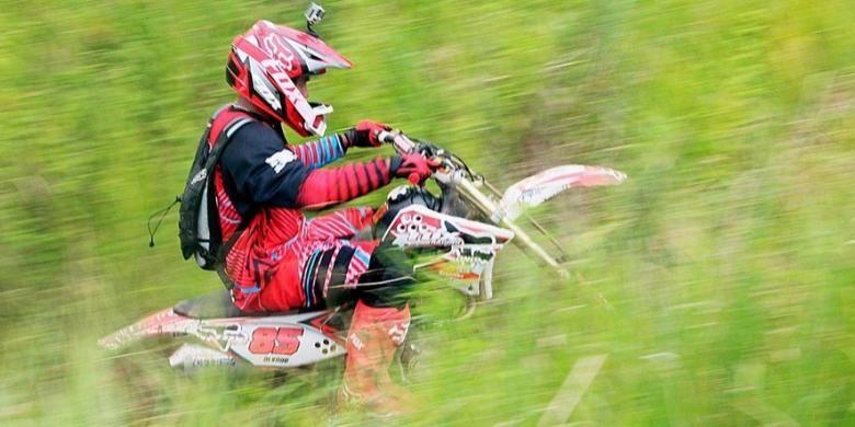 Penggemar motor trail mengikuti ajang Two Days Trail Adventure yang digelar di lereng Gunung Tambora di Kabupaten Dompu, Nusa Tenggara Barat, Sabtu (4/4). Ajang itu merupakan bagian dari acara Tambora Menyapa Dunia yang merupakan peringatan 200 tahun meletusnya Gunung Tambora.