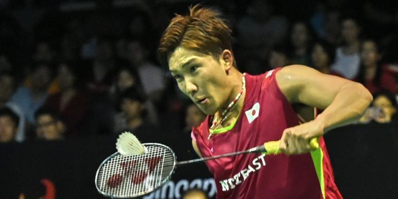 Pebulu tangkis Jepang, Kento Momota, mengembalikan kok dari pemain Hongkong, Hu Yun, pada laga final Singapura Terbuka di Singapore Indoor Stadium, Minggu (12/4/2015). Momota menang 21-17, 16-21, 21-15.
