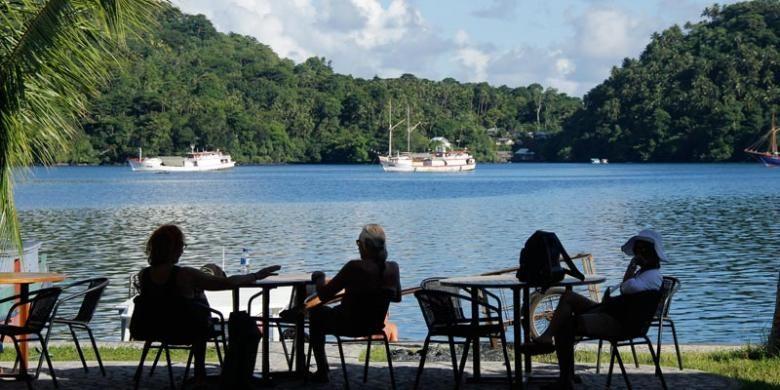 Wisatawan mancanegara menikmati liburan di Banda Neira, Maluku, Selasa (7/4/2015).