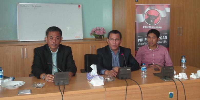 Ketua Fraksi PDI Perjuangan DPRD DKI Jakarta Jhonny Simanjuntak (tengah), didampingi Ketua DPRD Prasetio Edi Marsudi (kiri) dan Wakil Sekretaris Fraksi Dwi Rio Sambodo, di Gedung DPRD, Rabu (15/4/2015)