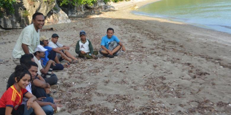 Bersantai di pasir Pantai Watu Payung, Desa Nangambaur, Kecamatan Sambirampas, Manggarai Timur, Flores, Nusa Tenggara Timur.