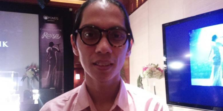 Sutradara film Filosopi Kopi, Angga Dwimas Sasongko, diabadikan usai pemutaran film pendek karyanya berjudul Cahaya Cantik Raisa di Plaza Senayan, Jakarta Selatan, Senin (20/4/2015).