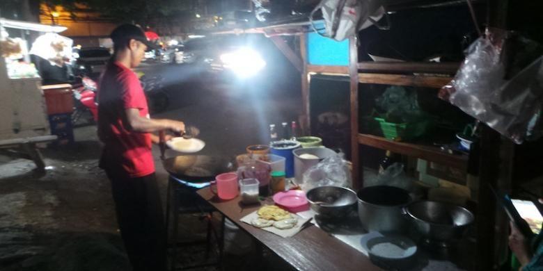 Sang penjual nasi goreng warna-warni, Mujianto sedang memasak dengan sebuah gerobak, Kamis (23/4/2015). Nasi Goreng Warna Warni terletak di Jalan Panglima Polim V, Jakarta Selatan.