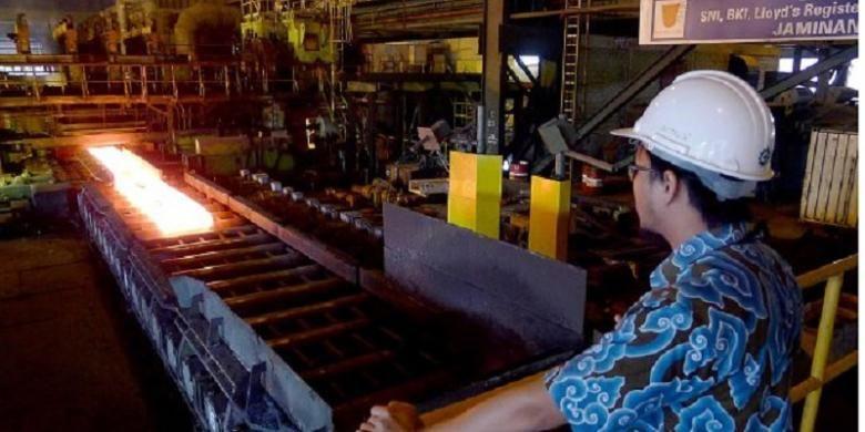 Pegawai Krakatau Steel memantau pembuatan lembaran baja panas di Cilegon, Banten, Jumat (24/4/2015). Cilegon sebagai kota industri banyak menarik investor berkat kelengkapan infrastruktur, seperti jalan tol, pelabuhan, dan stasiun kereta. Kota itu dikenal sebagai penghasil baja.