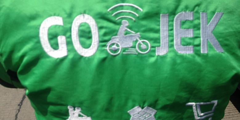 Logo Go-Jek di jaket salah satu driver atau pengendara.