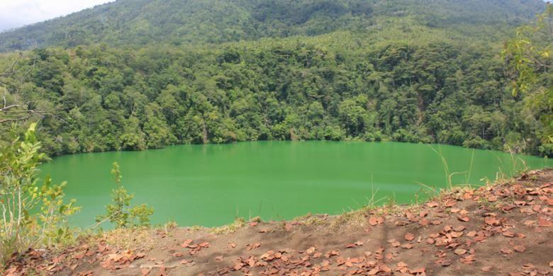 Dana Tolire, salah satu objek wisata di bawah kaki Gunung Gamalama.