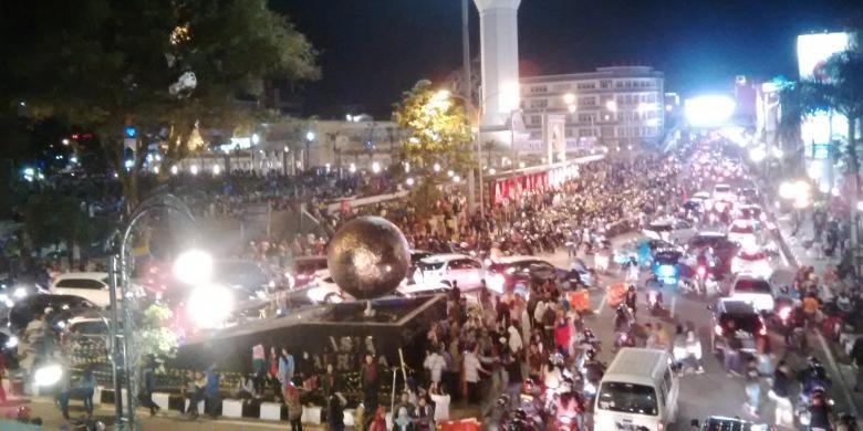 Jutaan orang memenuhi kawasan Alun - alun sampai tumpah ke jalan di Jalan Asia Afrika, Bandung, Jawa Barat. Arus lalu lintas tersendat