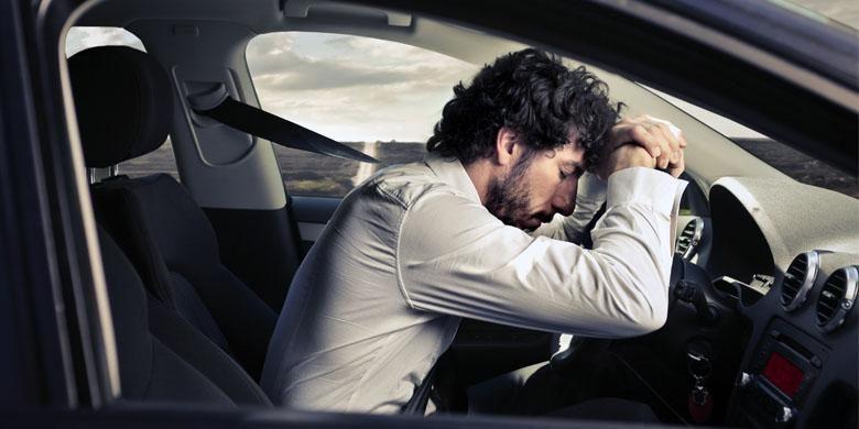 Ilustrasi tertidur di mobil.