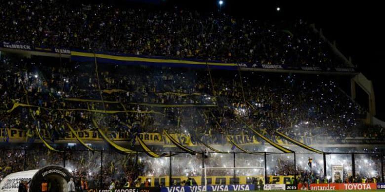 Suporter Boca Juniors di Stadion La Bombonera, Buenos Aires, Argentina