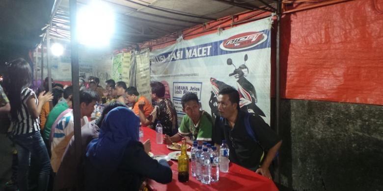 Para pengunjung sedang menyantap Nasi Goreng Kebon Sirih, Jumat. (22/5/2015).