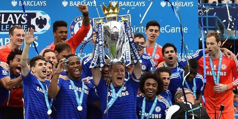 Para pemain Chelsea saat mengangkat trofi Premier League seusai mengalahkan Sunderland 3-1 di Stadion Stamford Bridge, Minggu (24/5/2015).