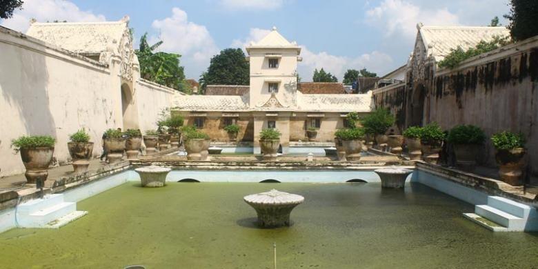 Kompleks Taman Sari Yogyakarta merupakan salah satu obyek wisata di sekitar area keraton yang dulunya merupakan tempat peristirahatan Sultan dan kerabat.