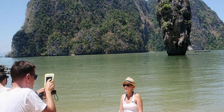 Wisatawan berfoto di James Bond Island, Phuket, Thailand, akhir Februari lalu. Tempat yang dulu bernama Phang Nga Bay ini menjadi lebih dikenal dengan nama James Bond Island sejak menjadi lokasi shooting film The Man with the Golden Gun yang menampilkan si agen rahasia yang diperankan Roger Moore pada 1974.