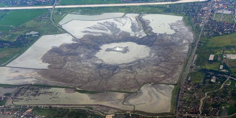 Area yang terkena dampak lumpur Lapindo di Kabupaten Sidoarjo, Jawa Timur, terlihat dari udara, Kamis (5/3/2015). Sembilan tahun  setelah semburan lumpur tersebut mulai berlangsung, pembayaran ganti rugi terhadap warga yang terkena dampak dari lumpur tersebut belum seluruhnya tuntas.     Kompas/Ferganata Indra Riatmoko (DRA)  05-03-2015