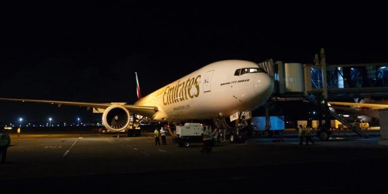 Pesawat Emirates dengan nomor penerbangan EK 398 dari Dubai tiba di Bandara I Gusti Ngurah Rai, Bali, Rabu (3/6/2015) malam.