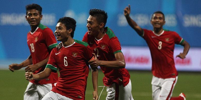 Evan Dimas merayakan keberhasilan mencetak gol ke gawang Filipina, Selasa (9/6/2015).
