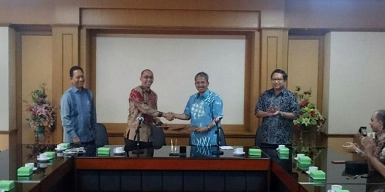 Muhammad Al Abdullah, CEO Garansindo Group dan Joni Hermana, Rektor ITS Surabaya menandatangani MoU kerjasa sama, di Surabaya, Rabu (10/6/2015)
