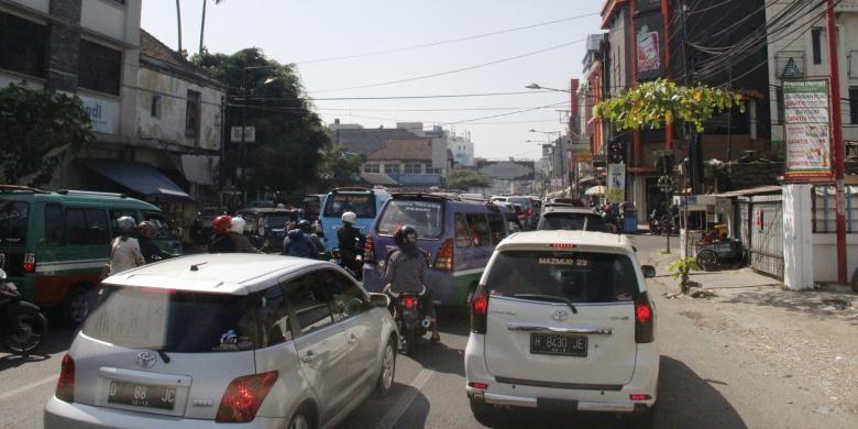 Kondisi lalu lintas di jalur menuju Pintu Tol Pasteur, Bandung, Sabtu (13/6/2015).