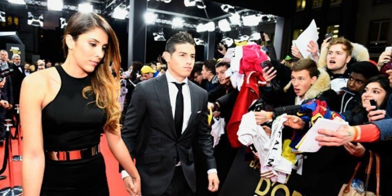 Gelandang Kolombia, James Rodriguez, saat bersama istrinya, Daniela Ospina