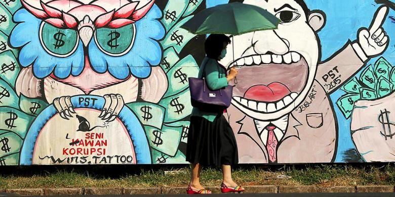 Warga melintas di depan mural yang menggambarkan penggelapan uang negara di salah satu sudut Kota Tangerang, Banten, Kamis (25/6/2015). Penggelapan uang negara  berdampak luas baik terhadap kehidupan masyarakat maupun ketimpangan pembangunan di pelosok Indonesia.