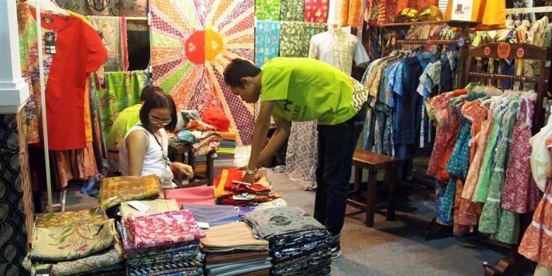 Pengunjung memilih batik dalam bazar batik Ngenteni Buka Ning Pasar Klewer La Piazza Kelapa Gading