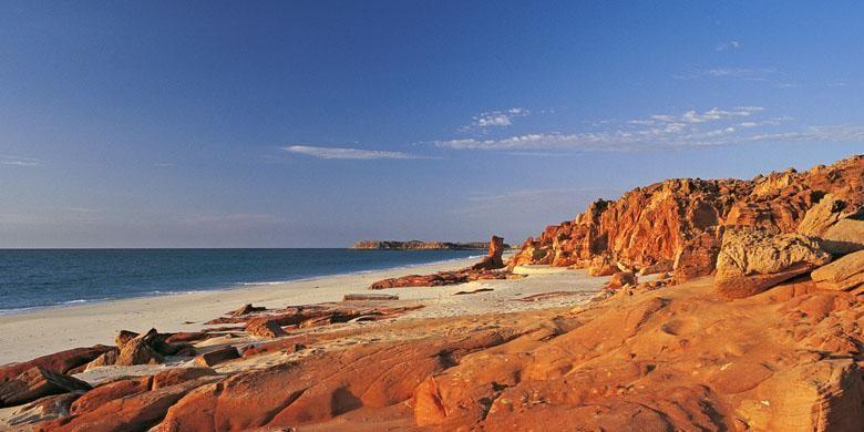 Perkemahan alam bebas di pesisir pantai milik suku Aborigin lokal, yaitu orang Bardi