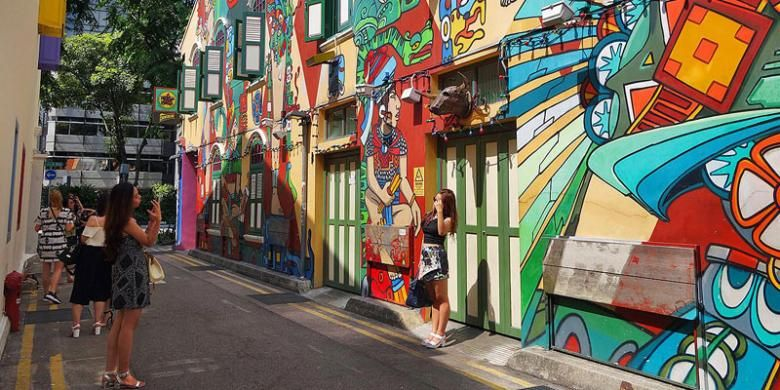 Mural di dinding lorong Jalan Haji Lane menarik minat wisatawan, Sabtu (30/5/2015). Kawasan Haji Lane berdekatan dengan Kampung Arab dan Kampung Glam menjadi tujuan baru wisatawan, khususnya yang ingin belanja produk unik hasil karya desainer lokal.
