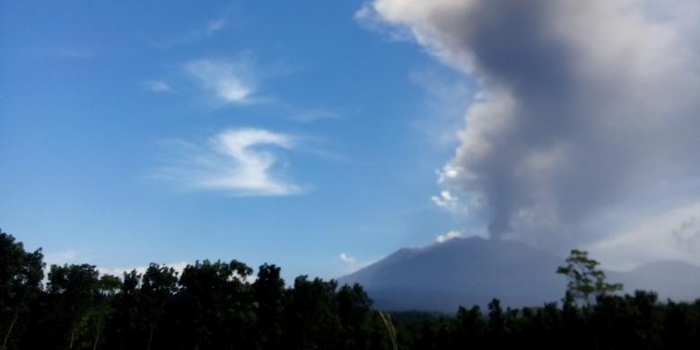 Embusan abu vulkanik dari Gunung Raung mengarah ke selatan tenggara mengakibatkan Bandara Blimbingsari  Banyuwangi ditutup pada hari ketiga, Minggu (13/7/2015).