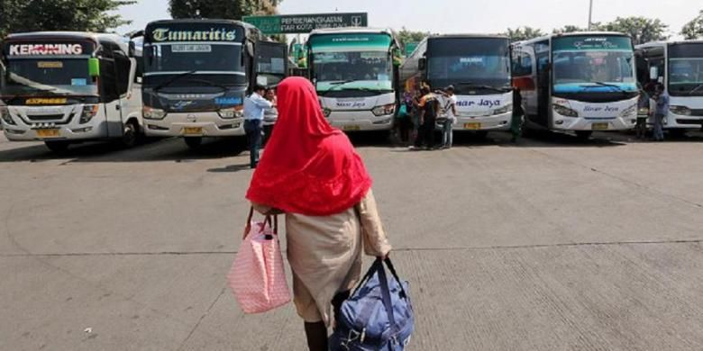 Calon penumpang berjalan menuju deretan bus di Terminal Pulogadung, Jakarta Timur, Kamis (9/7), menjelang puncak arus mudik tahun 2015 ini.