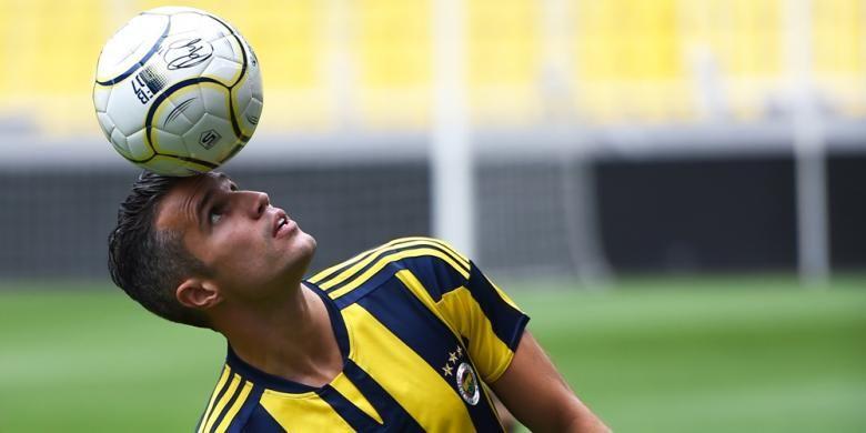 Penyerang Fenerbahce, Robin van Persie, saat unjuk kebolehan mengolah bola di depan hadapan pendukung timnya, Selasa (14/7/2015).
