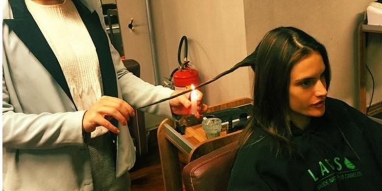 Supermodel Alessandra Ambrosio mengunggah foto dirinya pada akun Instagram yang sedang melakukan perawatan rambut dengan membakarnya menggunakan lilin menyala.